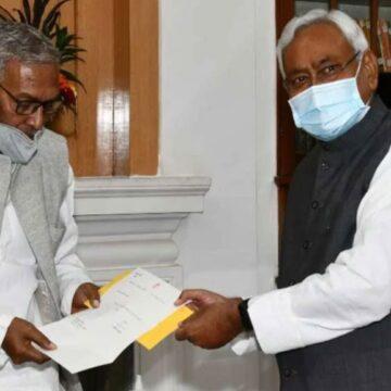 नीतीश ने राज्यपाल से मिलकर सरकार बनाने का दावा पेश किया, सौंपा 126 विधायकों का समर्थन पत्र