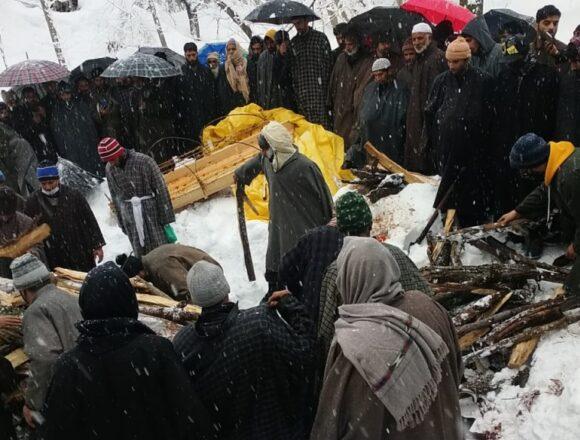 बर्फबारी से सड़क बंद, मुस्लिम पड़ोसी कंधे पर लाए 10 KM दूर कश्मीरी पंडित का शव