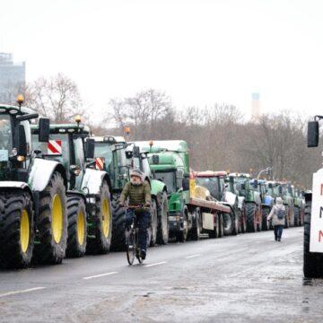 जर्मनी में भी ट्रैक्टर रैली, नए कानून के खिलाफ किसान राजधानी बर्लिन की सड़कों पर उतरें