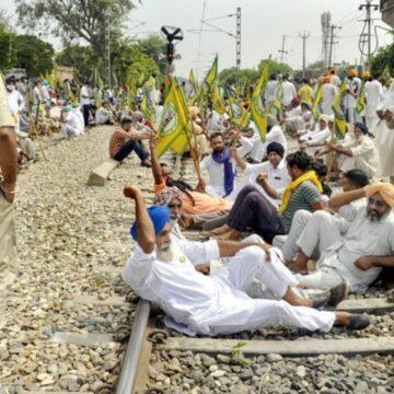 देशभर में 'रेल रोको' आंदोलन शुरू, किसानों ने किया रेलवे ट्रैक पर कब्जा