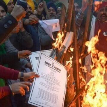 कृषि कानून की प्रतियां जलाकर किसानों ने मनाया 'होलिका दहन', देखें वीडियो
