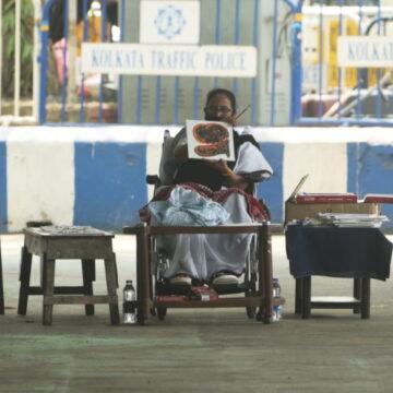 ममता बनर्जी निर्वाचन आयोग के बैन के खिलाफ धरने पर बैठी, कार्यकर्ता भी शामिल