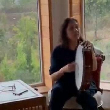 अपने होमटाउन पहुंची नीना गुप्ता, ढपली के साथ गाती नजर आईं ये गान
