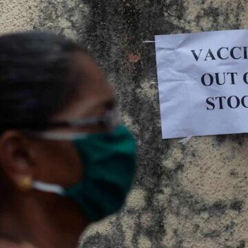 उत्तर प्रदेश और महाराष्ट्र के बाद अब बिहार के कई सेंटर के सामने लगा 'वैक्सीन उपलब्ध नहीं' का पोस्टर