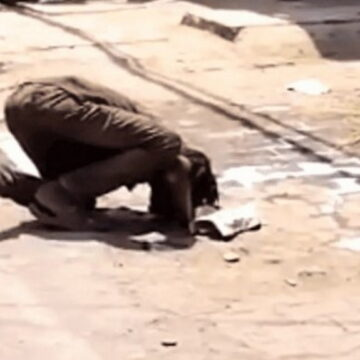 भुखमरी से लोगों का बुरा हाल, सड़क पर गिरा दूध पीता दिखा युवक