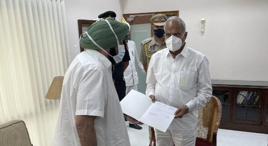विधायक दल की बैठक से पहले कैप्टन अमरिंदर सिंह ने दिया CM पद से इस्तीफा