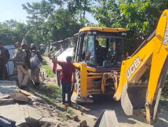 असम में 3 मस्जिद और 1 मंदिर समेत 800 घरों को सरकार ने तोड़वाया