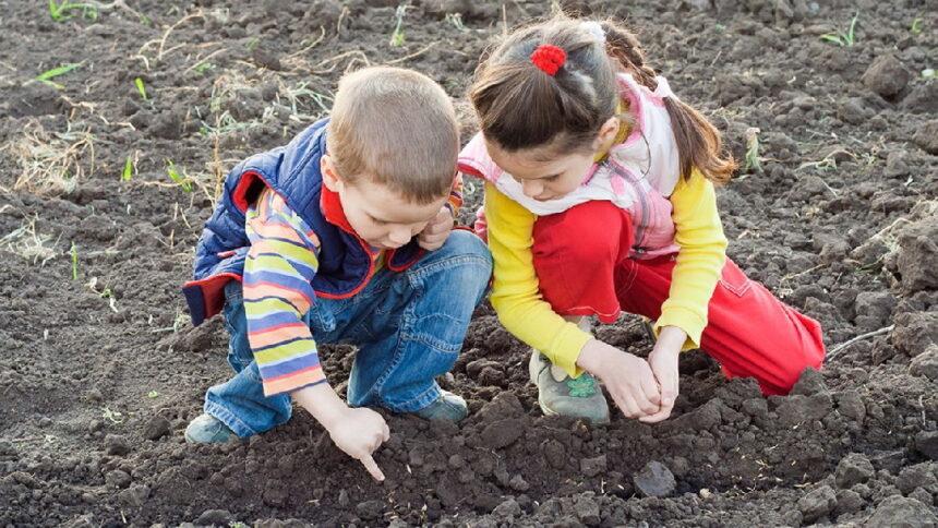 बच्चों का मिट्टी में खेलना क्यों फायदेमंद होता है, जानें वजह